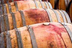 Barilotti americani della quercia con vino rosso Cantina per vini tradizionale Fotografia Stock Libera da Diritti