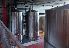 Barilotti d'acciaio per la fermentazione di vino Fotografie Stock Libere da Diritti