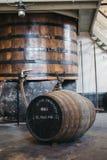 Barilotti del whiskey di Clynelish dentro la distilleria di Brora, Scozia immagini stock