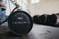 Barilotti del whiskey di Clynelish dentro la distilleria di Brora, Scozia Fotografie Stock