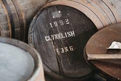 Barilotti del whiskey di Clynelish dentro la distilleria di Brora, Scozia Immagini Stock Libere da Diritti