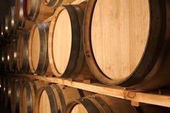 Barilotti della quercia che fanno maturare vino rosso Immagini Stock