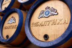 Barilotti di birra alla fabbrica di birra di St Petersburg - di Baltika Fotografia Stock