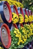 Barilotti di birra e dei fiori sul vagone Fotografie Stock Libere da Diritti