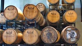 Barilotti di Bourbon su uno scaffale in una distilleria fotografie stock