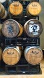 Barilotti di Bourbon su uno scaffale in una distilleria fotografia stock libera da diritti