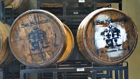 Barilotti di Bourbon su uno scaffale in una distilleria immagini stock libere da diritti