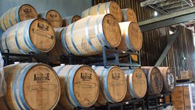 Barilotti di Bourbon su uno scaffale in una distilleria immagine stock libera da diritti