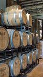 Barilotti di Bourbon su uno scaffale in una distilleria fotografia stock