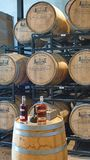 Barilotti di Bourbon su uno scaffale in una distilleria immagine stock