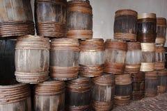 Barilotti di legno in sbarco del museo dell'acqua Fotografie Stock Libere da Diritti