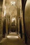 Barilotti di vino impilati nella vecchia cantina della cantina Fotografia Stock