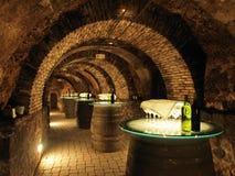Barilotti di vino nella vecchia cantina fotografie stock libere da diritti
