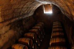 Barilotti di vino su una stanza antica asciutta e fredda in una cantina in Mallorca Fotografia Stock