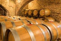 Barilotti di vino in una cantina tradizionale Immagini Stock