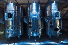 Barilotti moderni dello stell nella fabbrica dell'enologo Immagine Stock Libera da Diritti