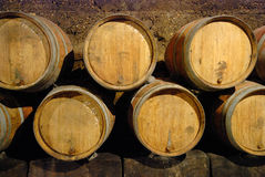 Barilotti vecchi in una caverna del vino Immagine Stock