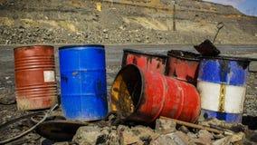 Barilotti vuoti del metallo nella cava del ferro Immagine Stock