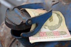 Barilotto del metallo e soldi ucraini, il concetto del costo di benzina, diesel, gas Riempimento dell'automobile Hryvnia della ba fotografia stock