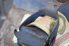 Barilotto del metallo e soldi ucraini, il concetto del costo di benzina, diesel, gas Riempimento dell'automobile Hryvnia della ba fotografie stock