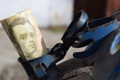 Barilotto del metallo e soldi ucraini, il concetto del costo di benzina, diesel, gas Riempimento dell'automobile Hryvnia della ba immagini stock libere da diritti