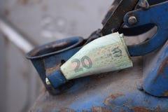 Barilotto del metallo e soldi ucraini, il concetto del costo di benzina, diesel, gas Riempimento dell'automobile Ucranino della b fotografia stock libera da diritti