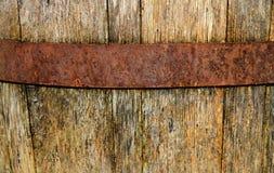 Barilotto dell'annata, di vino e cerchio stagionati e legni del metallo immagini stock libere da diritti