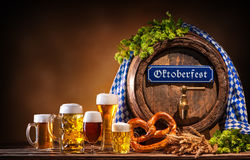 Barilotto di birra di Oktoberfest e vetri di birra fotografie stock libere da diritti