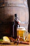Barilotto di legno con birra ed alimento Fotografie Stock