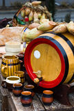 Barilotto di legno con le tazze Fotografie Stock