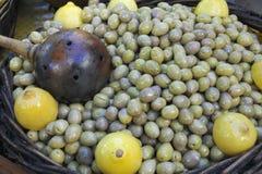Barilotto di legno delle olive verdi snocciolate Fotografie Stock