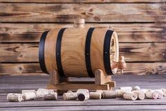 Barilotto di legno su un fondo di legno Fotografie Stock