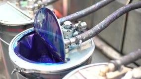 Barilotto di pittura collegato e pompato nel macchinario stock footage