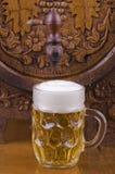 Barilotto di vetro di legno e della birra Fotografie Stock
