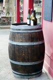 Barilotto di vino con le bottiglie di vino sulla parte superiore Fotografia Stock
