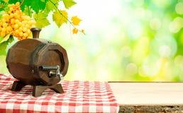 Barilotto di vino sulla tavola in natura Fotografia Stock