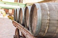 Barils alignés sur un chariot Photo stock