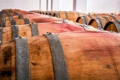 Barils américains de chêne avec le vin rouge Cave traditionnelle images stock