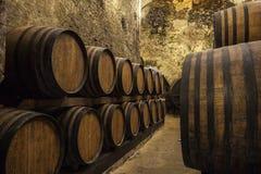 Barils avec du vin à la cave image libre de droits
