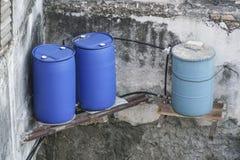 Barils comme stockage de l'eau au Cuba image libre de droits