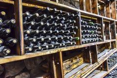 Barils de bouteilles en verre de cave fonc?s et humides photos stock