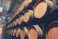 Barils de chêne avec le cognac dans la cave foncée photo libre de droits