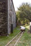 Barils de chêne en dehors de la distillerie en pierre photos stock