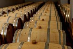 Barils de chêne de vin en quel vin rouge est vieilli dans la cave du photographie stock