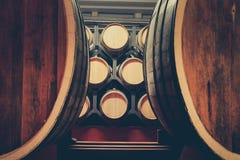 Barils de ch?ne avec le cognac dans la cave fonc?e photo stock