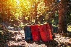 Barils de déchets toxiques dans la forêt photos stock