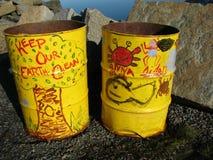 Barils de détritus jaunes avec le graffiti environnemental Photo libre de droits