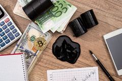 barils de pétrole, dollar, euro, bitcoin, diagramme, stylo Photographie stock