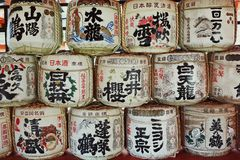 Barils de saké à Miyajima, Japon images libres de droits