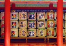 Barils de saké à un temple japonais Photos libres de droits